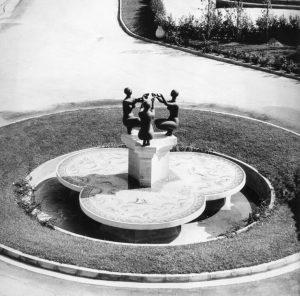 Συντριβάνι, 1975, μπρούτζος και ψηφιδωτή σύνθεση (της Ζιζής Μακρή), πλατεία Μακρή, Ιεράπετρα Κρήτης
