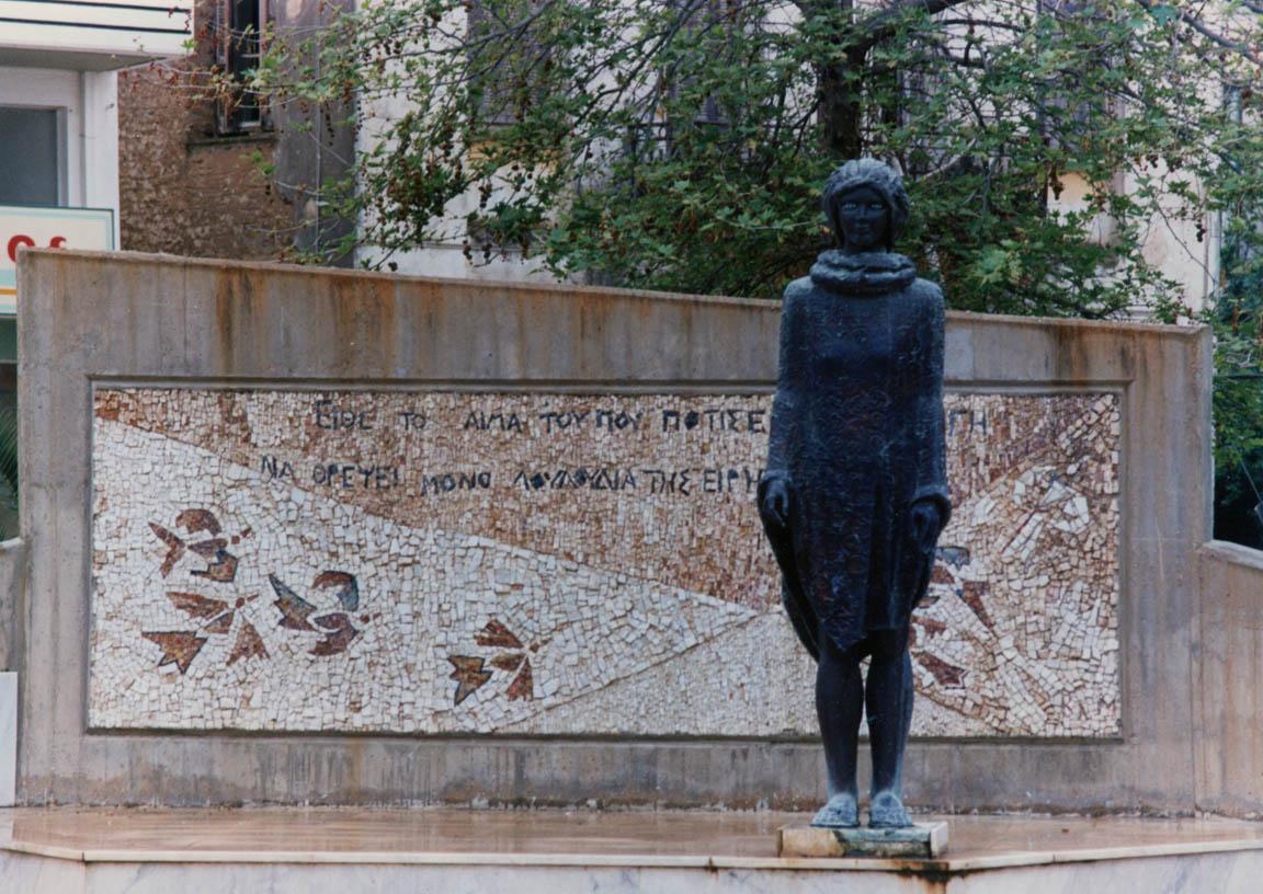 Μνημείο Νίκου Μπελογιάννη, 1989, χάλκινο άγαλμα και ψηφιδωτή σύνθεση (της Κλειούς Μακρή), Αμαλιάδα