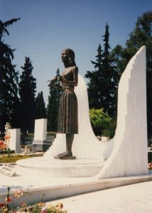 Το κορίτσι με το περιστέρι, 1988, χαλκός, ταφικό μνημείο Αλίκης Παπακώστα, νεκροταφείο Νέας Σμύρνης