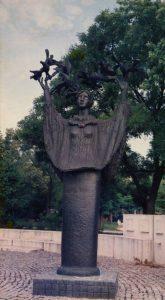 Κορίτσι με περιστέρια, 1976, σφυρήλατος χαλκός, Ουγγαρία
