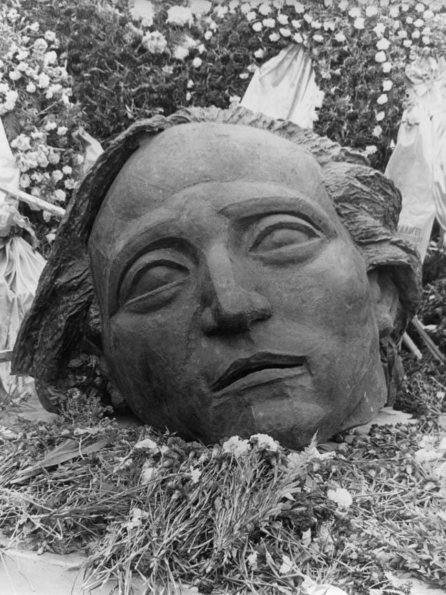 Προς τιμήν των θυμάτων, 1977, σφυρήλατος χαλκός, Εθνικό Μετσόβιο Πολυτεχνείο