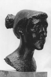 Προτομή της ζωγράφου Ζιζής Μακρή, 1949, μπρούτζος, ύψος 35 εκ., ιδιωτική συλλογή, Αθήνα