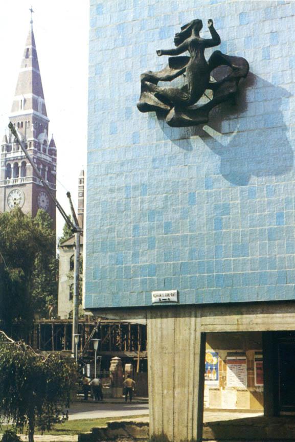 Ναϊάς, 1965, σφυρήλατος χαλκός, 250 x 250 εκ., πολυκατοικία στο Σέγκεντ, Ουγγαρία