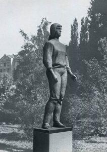 Νεαρή εργάτρια, 1958, μπρούτζος, ύψος 220 εκ., πλατεία Ντέζε Κοστολάνι, Βουδαπέστη