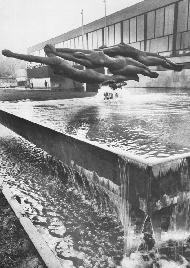 Κολυμβήτριες, 1967, σφυρήλατος χαλκός, 180 x 500 εκ., σιντριβάνι στην κολυμβητική δεξαμενή, Κέτσκεμιτ, Ουγγαρία